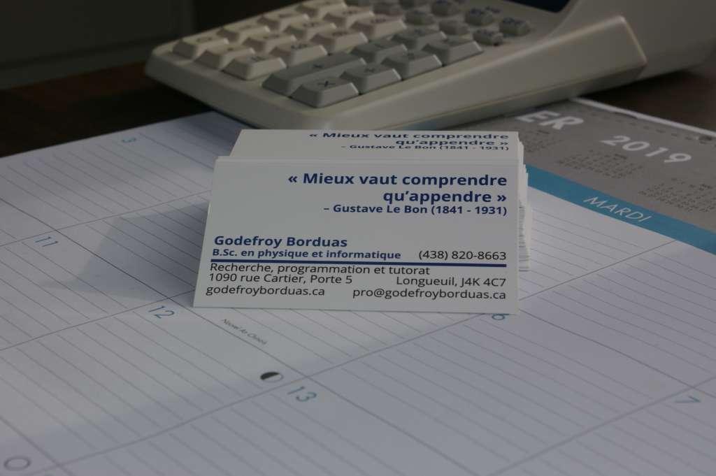 Carte d'affaire professionnel (verso seulement) placé sur un calendrier de bureau.